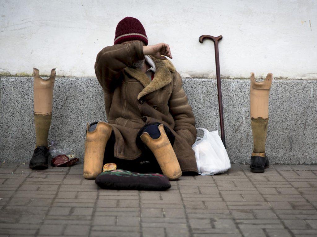 Инвалид без ног способен за день «срубать» по 50 тыс. рублей и домой ездить на такси.