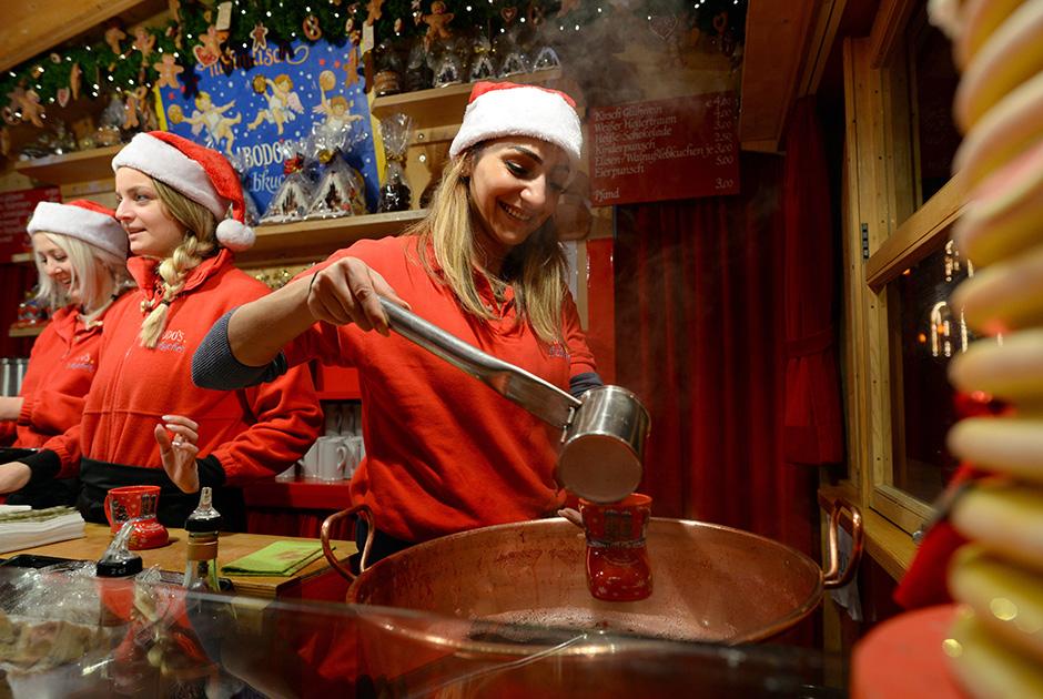 Согласно данным опроса, 44 процента от одобренной суммы граждане страны собираются потратить на подарки, 40 процентов — на новогодний стол, остальное — на походы в кино, театры, рестораны и кафе во время новогодних праздников.