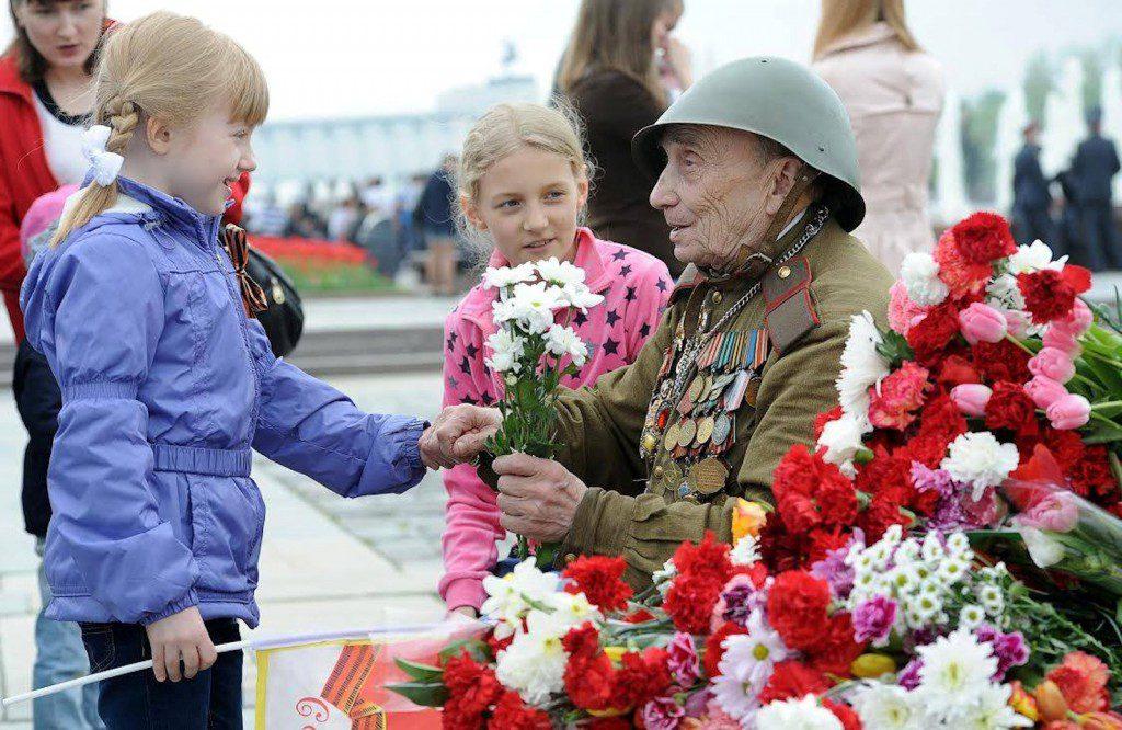 Возложение венков происходит в связи с Днём Победы в Россиивблизи Вечного огня.